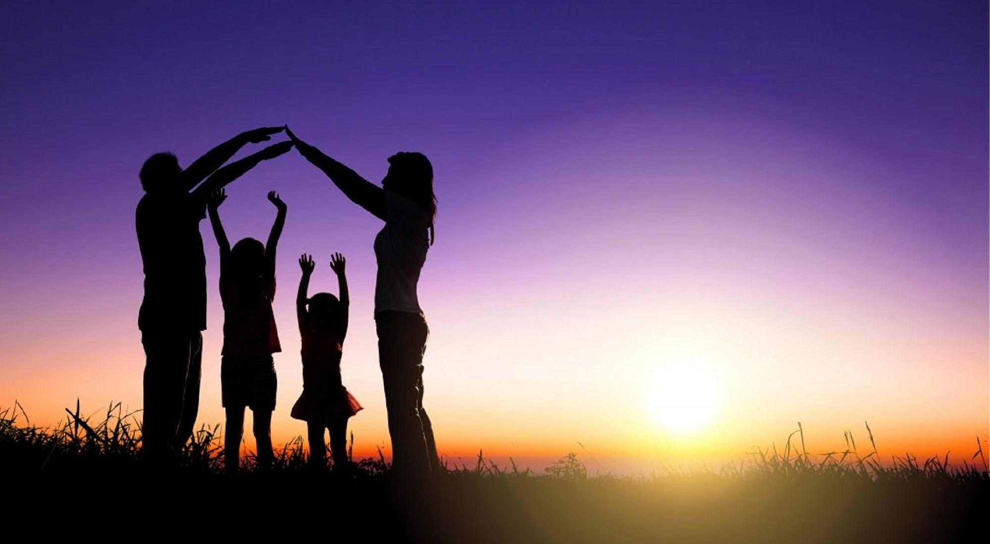 Porodica u zalazak sunca